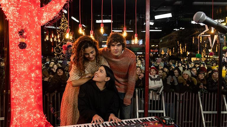 Bild på Farah, Miriam och Daniel i buren.