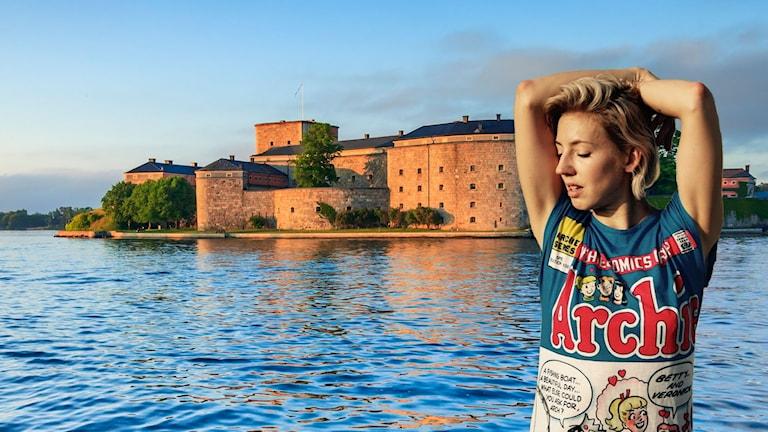 I kollaget syns artisten Veronica Maggio i halvfigur med armarna över huvudet och slutna ögon. Bakom henne är en sommarbild på Vaxholms fästning.