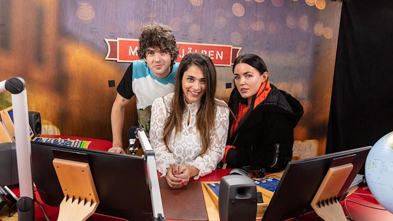 Tre programledare flyttar in i en glasbur på ett torg i en svensk stad. I 144 timmar samlar de in pengar till Radiohjälpen och informerar kring ett rättviseprojekt. Programmet sänds non-stop i P3 och på SVT Play, och stora delar av dygnet i SVT.