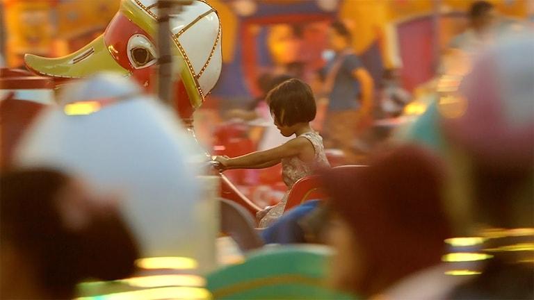 Flicka på en karusell