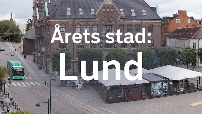 """Foto: Torget i LUnd där Musikhjälpenburen så småningom kommer att stå. Ovanpå bilden står det: """"Årets stad: Lund""""."""