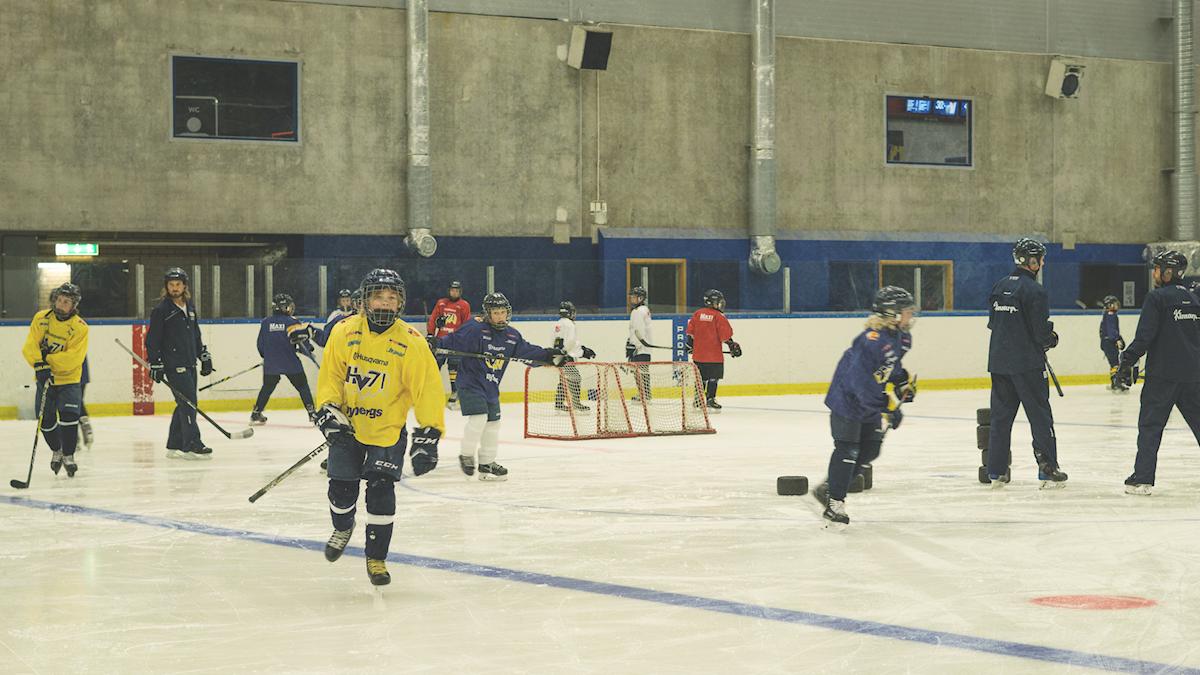 Hockeylaget HV71 tränar i ishockeyrinken.