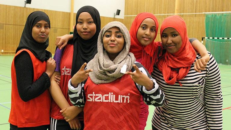 Ayan Ahmed, Ibtisam Adan Bile, Leyla Hassan, Asma Ali och Fardowsa Mohamoud spelar fotboll. Foto: Anna Tigerström/Sveriges Radio