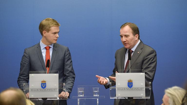 Gustav Fridolin och Stefan Löfven håller presskonferens. Foto: Janerik Henriksson/TT