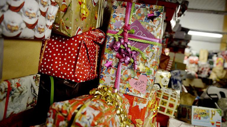 Julklappar i en hög. Foto: JESSICA GOW / TT