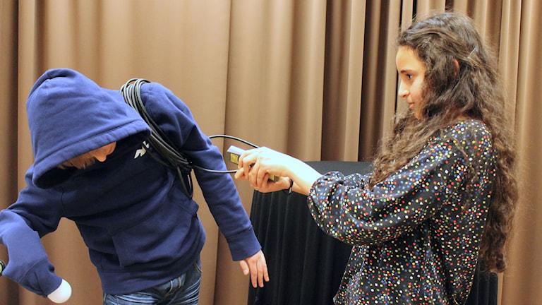 Albin Cronqvist är en robot och Mariem Abassi styr honom. Foto: Anna Tigerström/Sveriges Radio