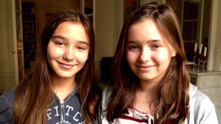 Elin och Polly som går i skola i Paris. Foto: Privat