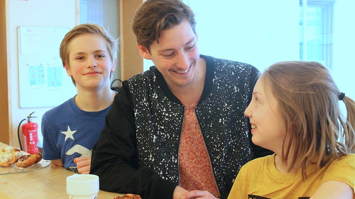 Albin, Kim och Minna laddar för sändningen.