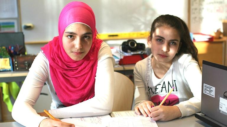 Hayat Almassri och Maria Hamadh går i Bredängsskolan men tidigare gick de i skolan i Syrien