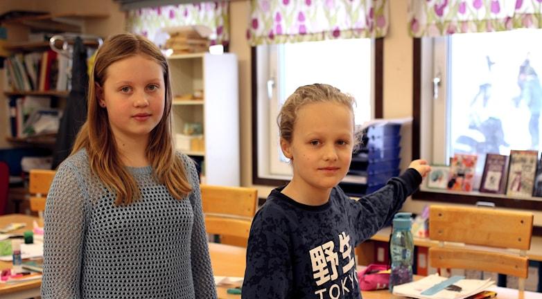 Agnes Vilen och Theo Kumlin i deras klassrum på Hebyskolan.