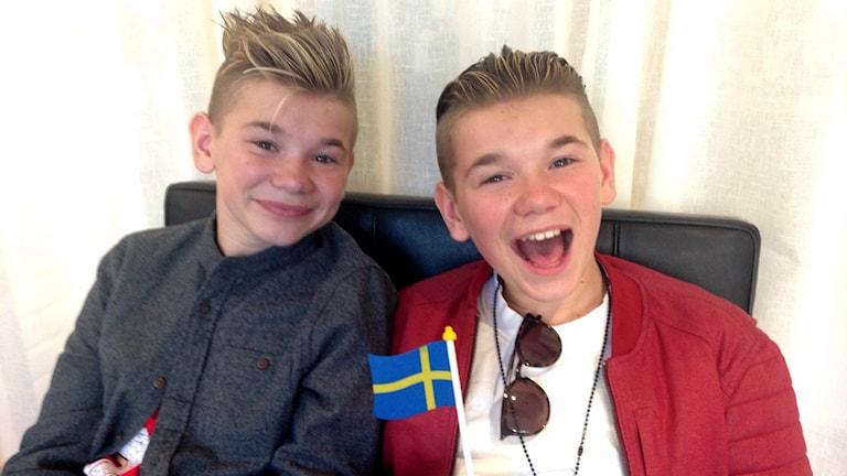 Marcus och Martinus med en svensk flagga