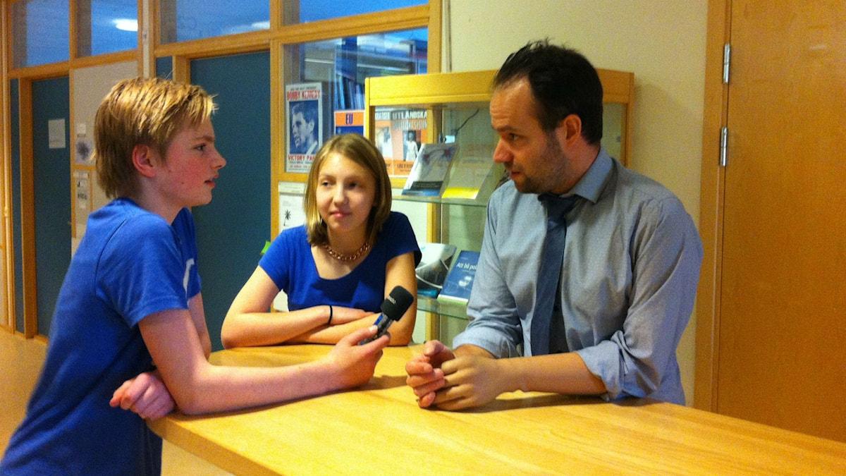 Här intervjuar Albin och Minna en expert på Israel och Palestina.