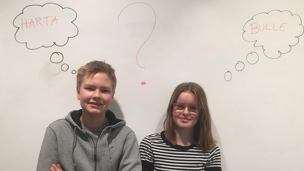 Wille och Thea står framför en vit vägg med tankebubblor där det står olika ord i.