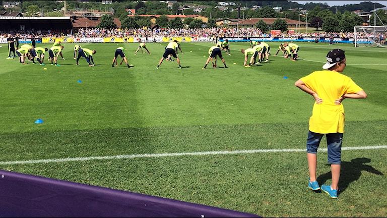 Barn kollar på när landslaget tränar i Båstad.