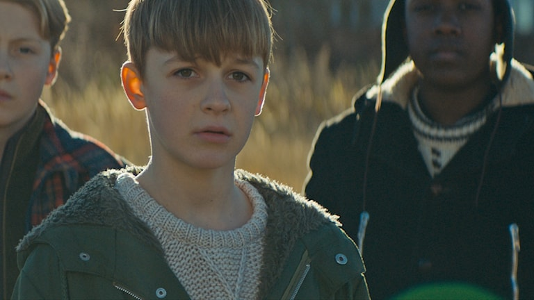 Loke Hellberg tillsammans med två pojkar ur filmen KRIG.