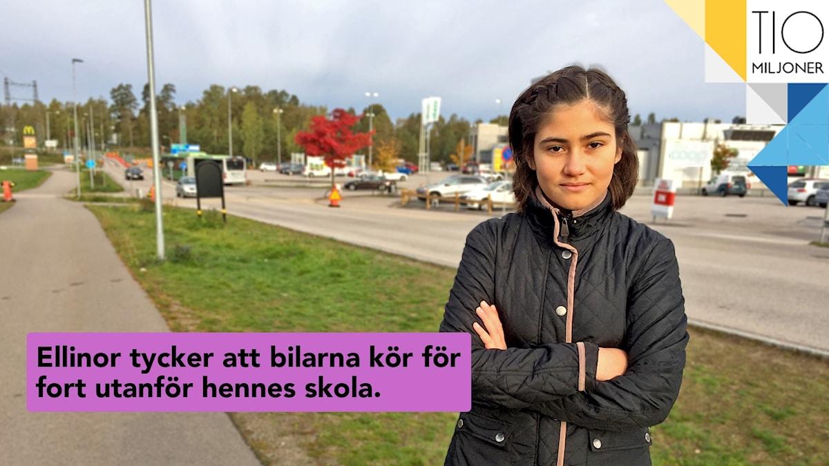 Tolvåriga Ellinor Jaramillo står vid bilvägen som kör förbi hennes skola. Bakom henne syns ett köpcenter.