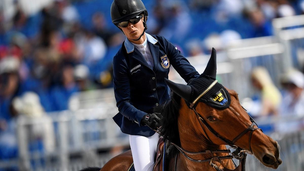 Malin Baryard-Johnsson hoppar över ett hinder med sin häst.