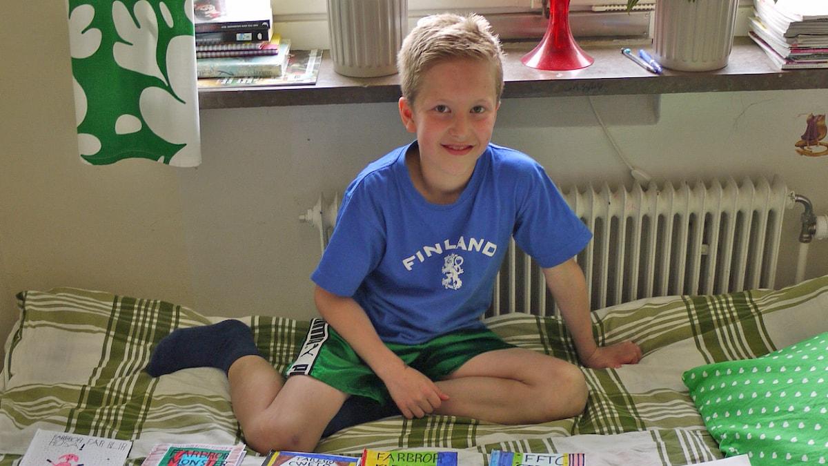 Herman Metsä Paavola istuu sängyllään