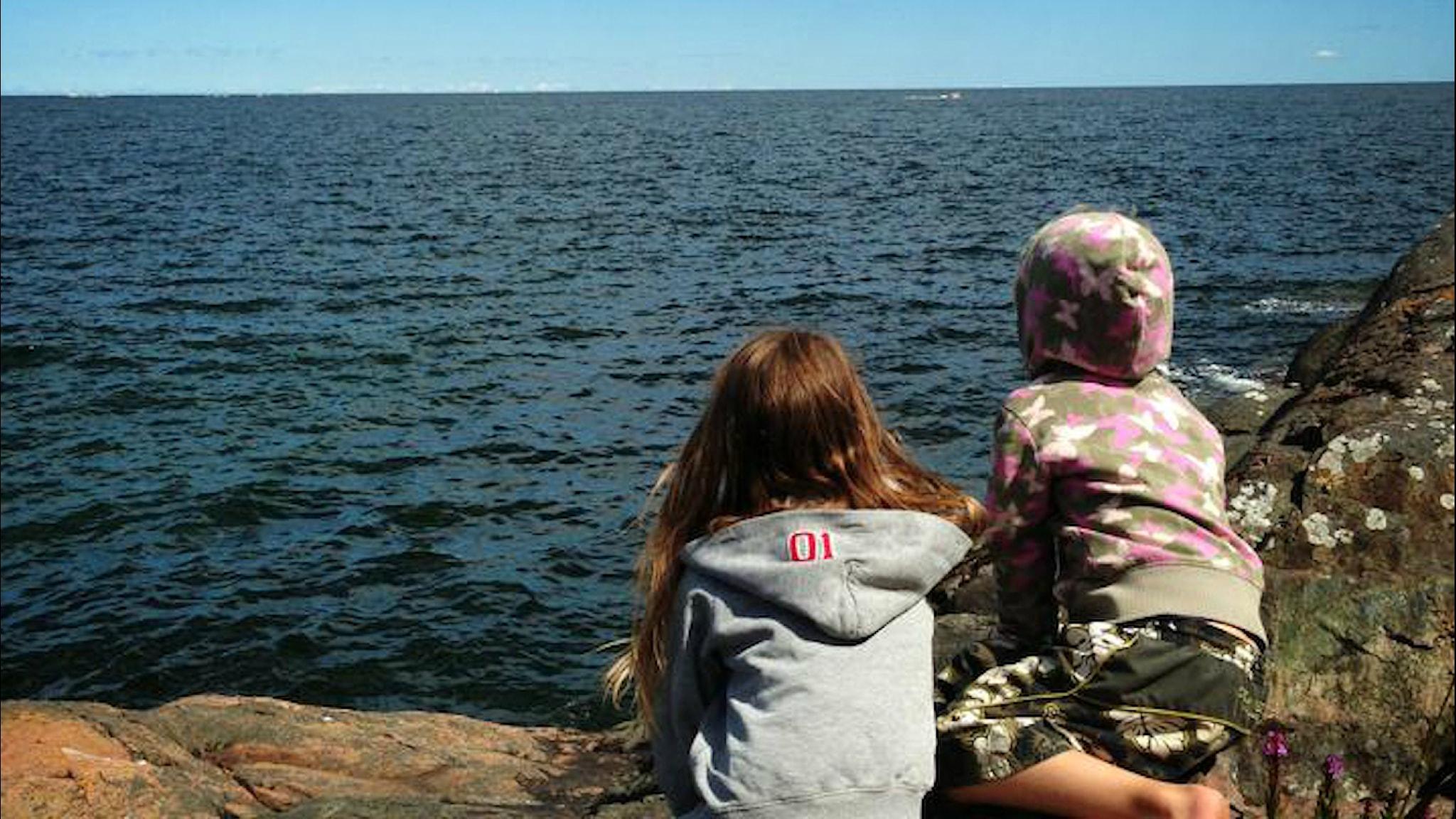 Lapset ihailevat kesäistä merta