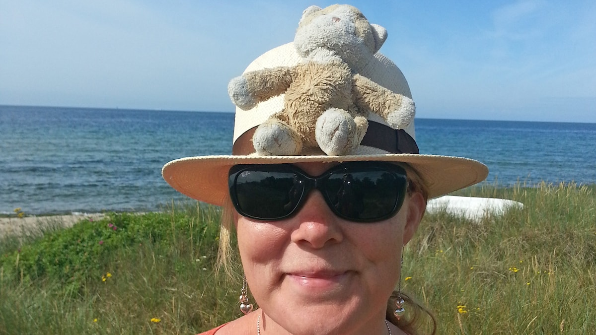 Kissa istuu Katjan hatun päällä