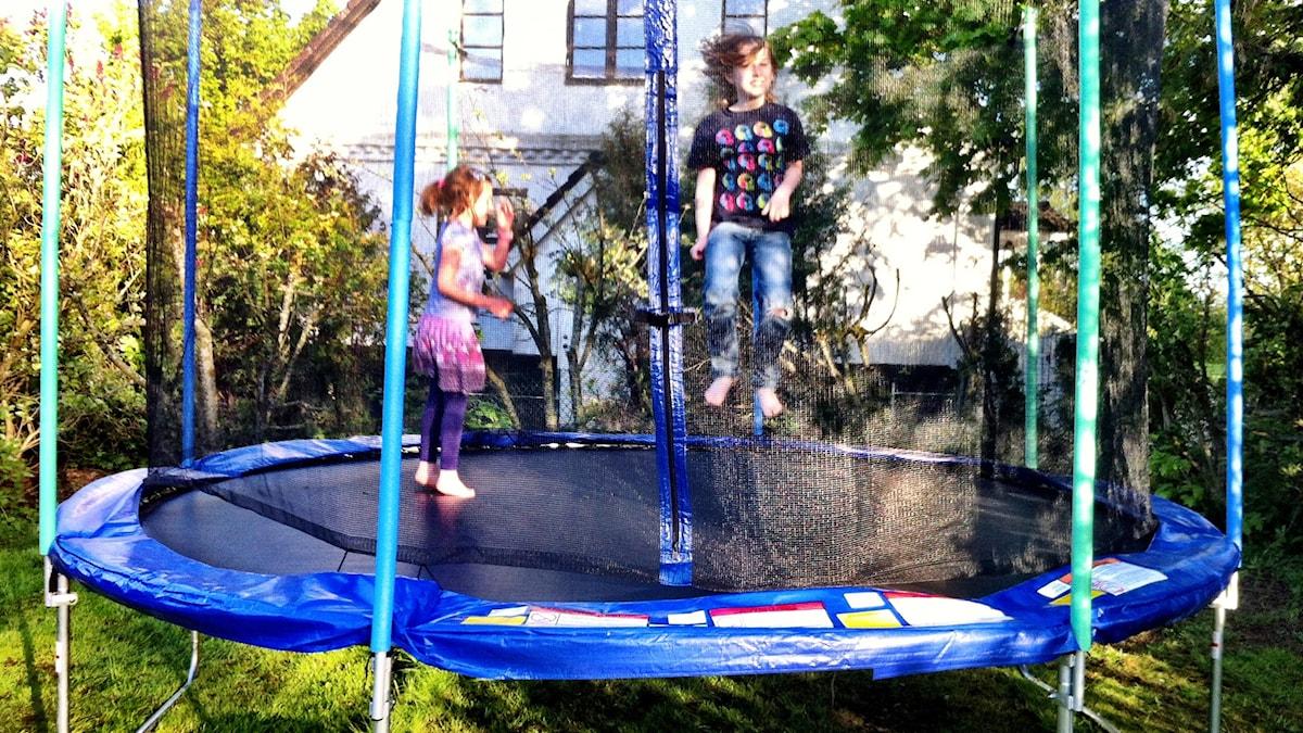 Lapset pomppivat trampoliinilla