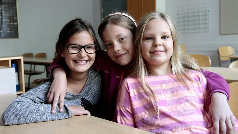 Kuvassa paneelikeskustelun tytöt Anni, Tilda ja Minea.