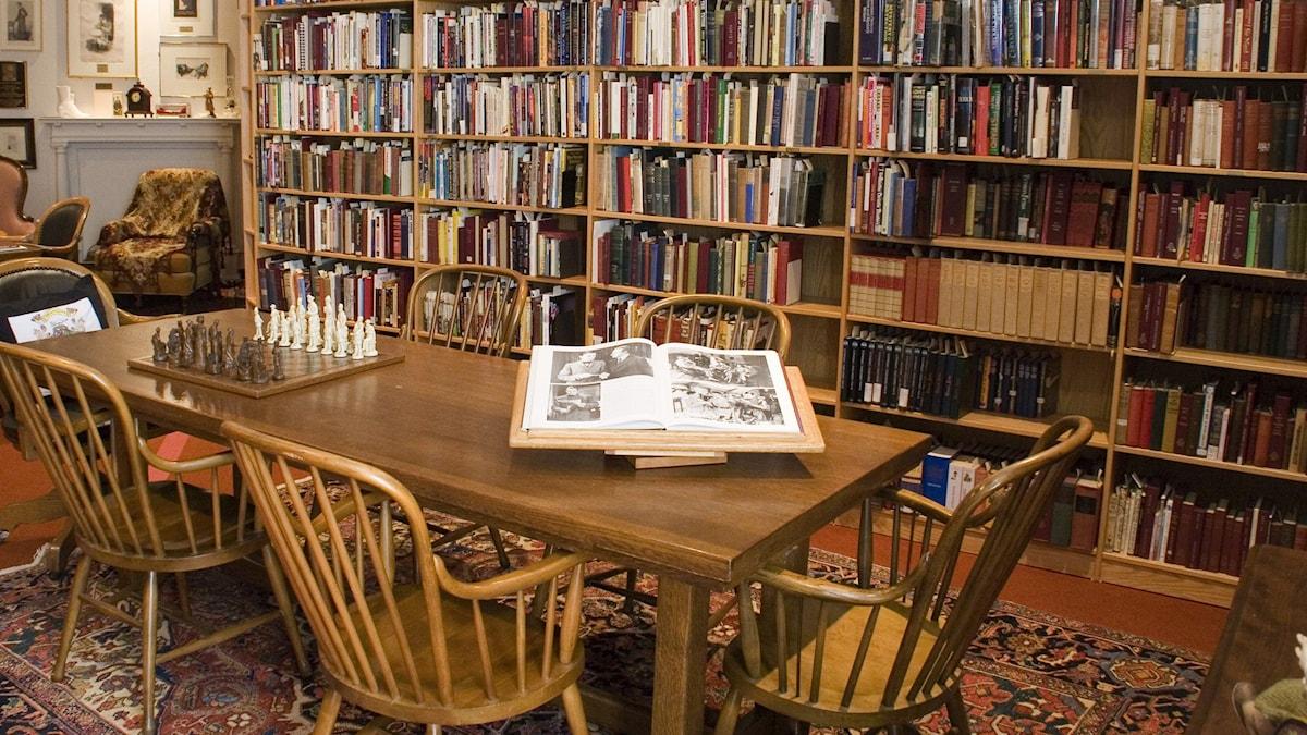 Kuvassa kirjaston sali