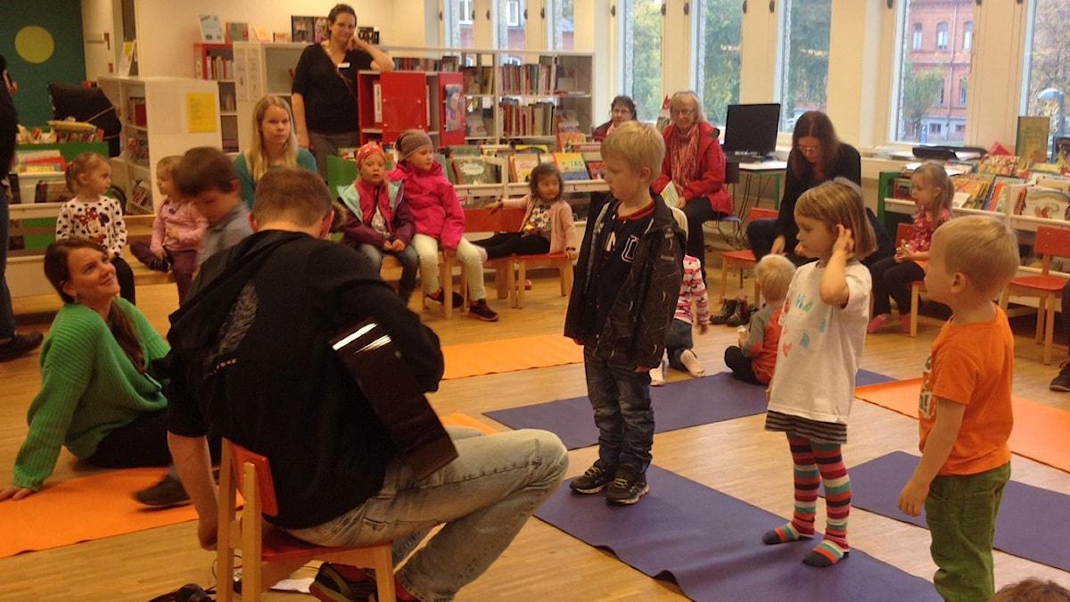 Lapset laulavat Tuomas Ojalan säestyksellä Boråsissa.