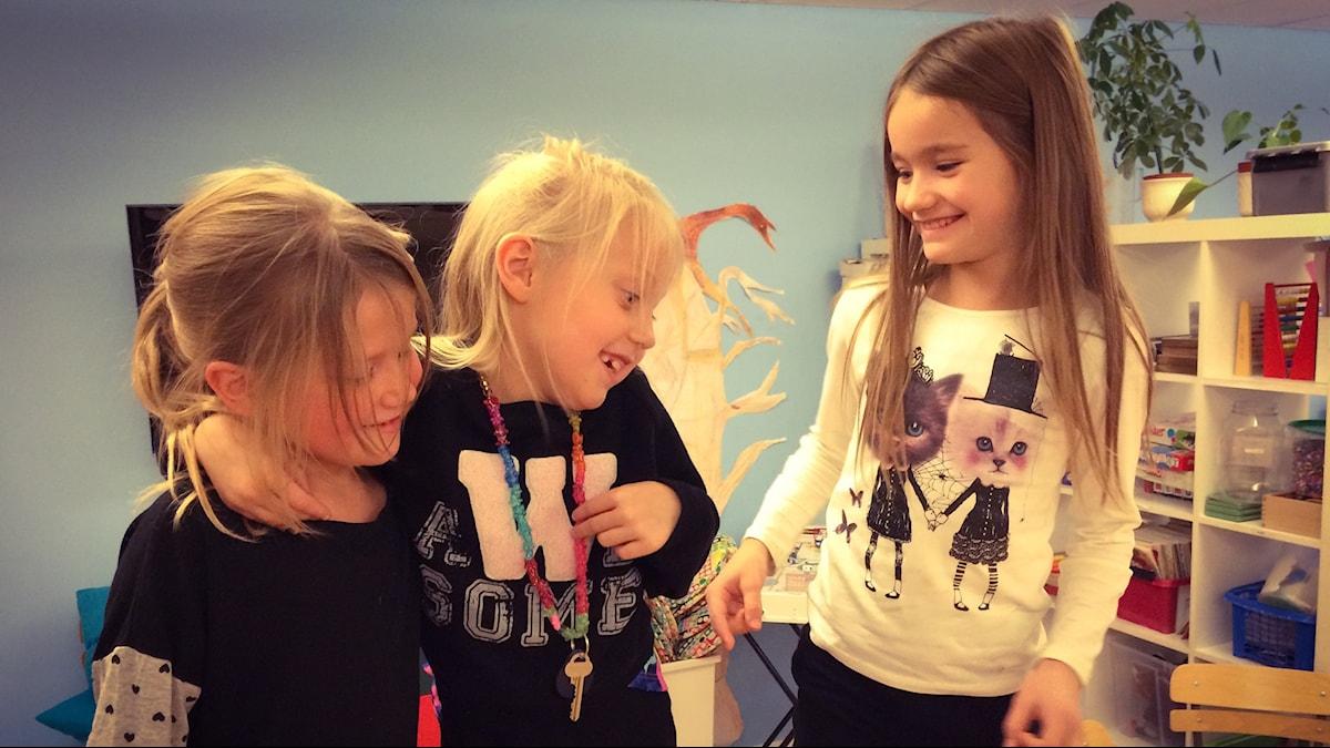 Kuvassa näkyy levyraadin tytöt Viktoria, Shanelle ja Sofia.
