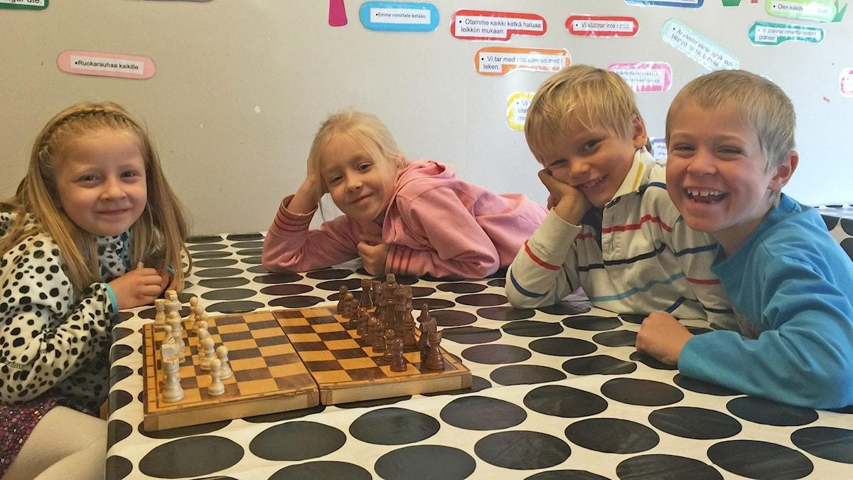 Kuvassa shakkisankarit Sanni, Nella, Oskar ja Sami.