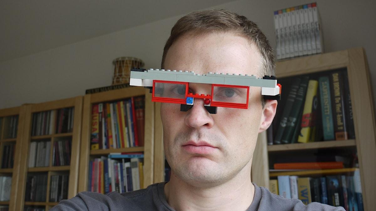 Tuomaksella on päässään legoista tehdyt silmälasit.
