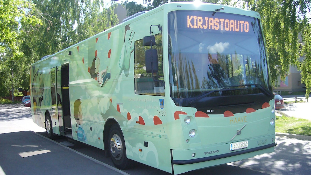 Kuvassa on kirjastobussi