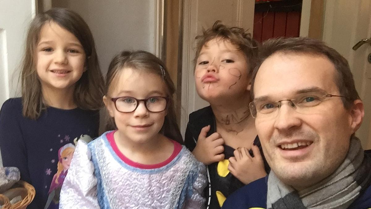 Urvädersgrändin lapset Aili, Emilia ja Henry sekä Tuomas.