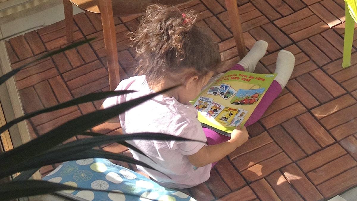 Aina lukee kirjaa.