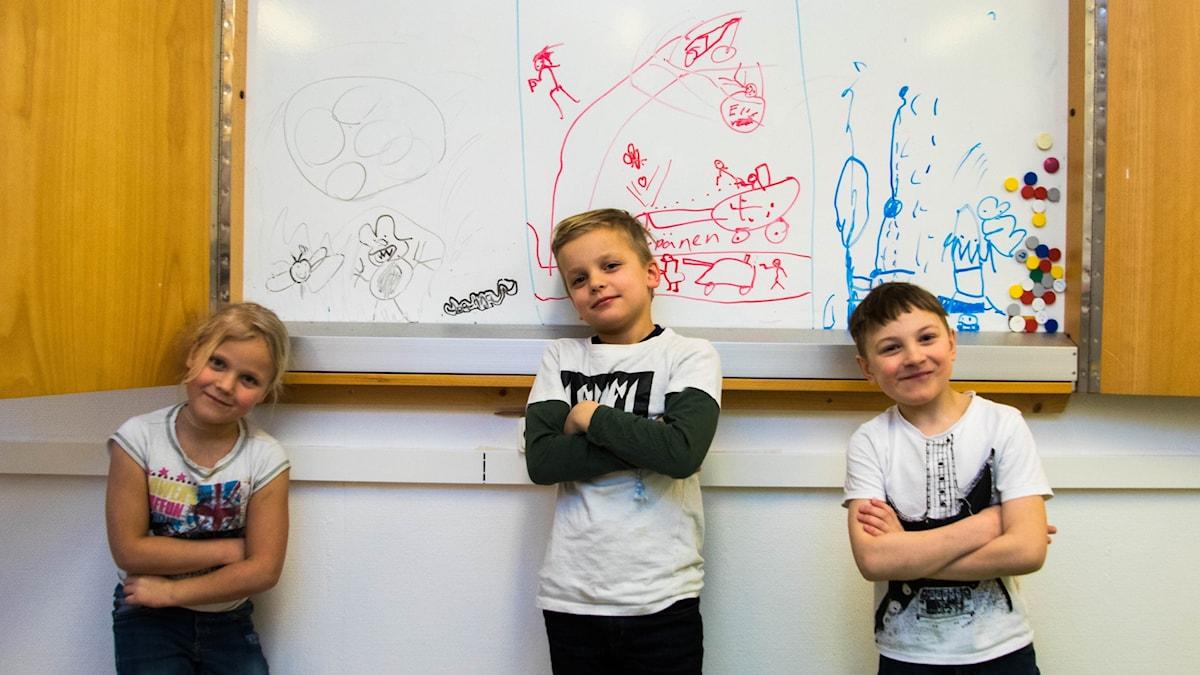 Joanna, Oscar ja August kuvittivat tarinansa taululle.