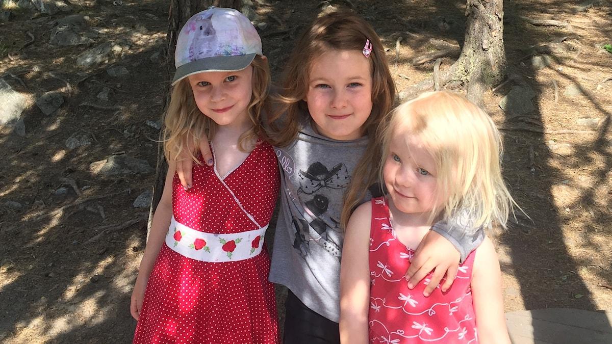 Iris, Angelica ja Alma kesämetsässä.