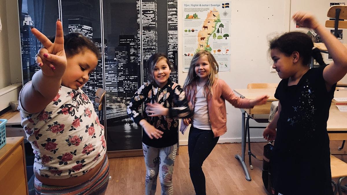 Roketti: Levyraatilaiset Havanna, Noova, Leia ja Ariana diggaavat ohjelmassa soitetuista kappaleista.