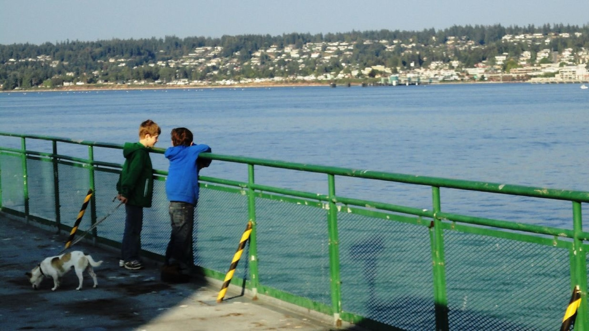 Kaksi poikaa laivan kannella