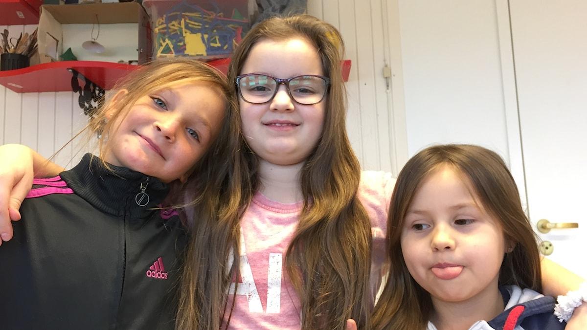 Jenna, Isabelle ja Nellie Kistan ruotsinsuomalaisesta koulusta.