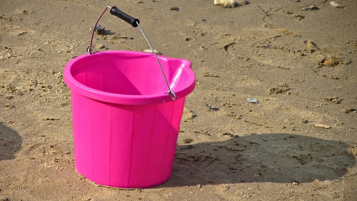 Vaaleanpunainen ämpi hiekkarannalla