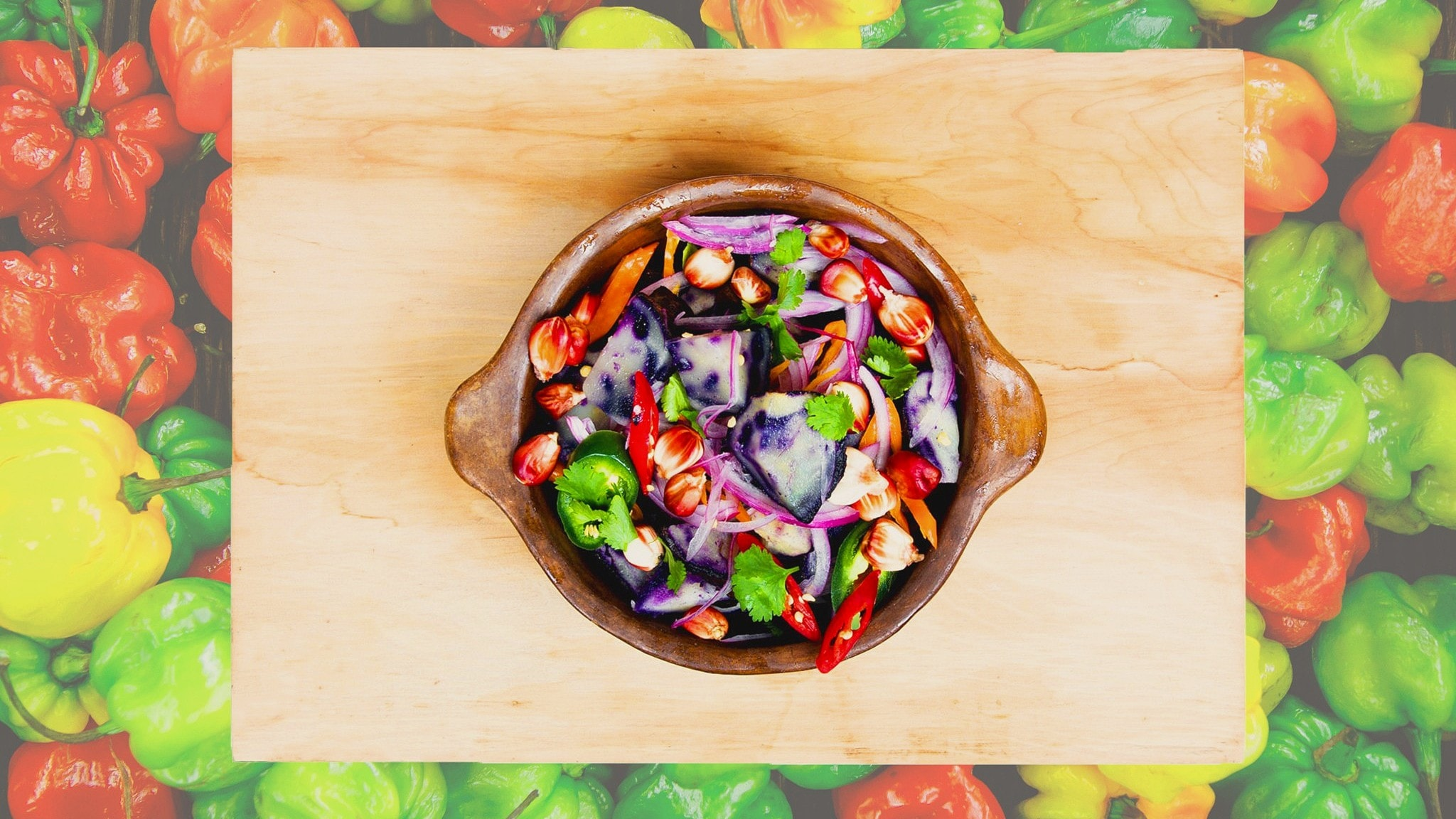 Habanero-tausta ja chilisalaattia kulhossa