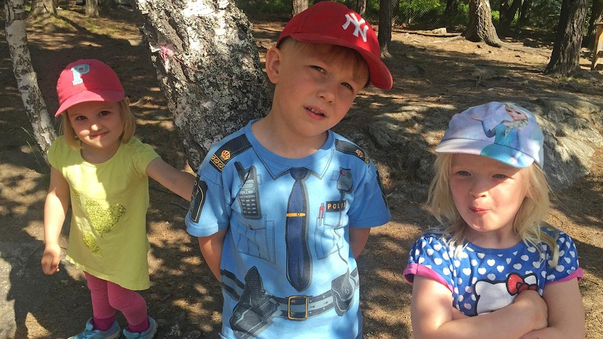 Ines, Akseli ja Maija metsässä.