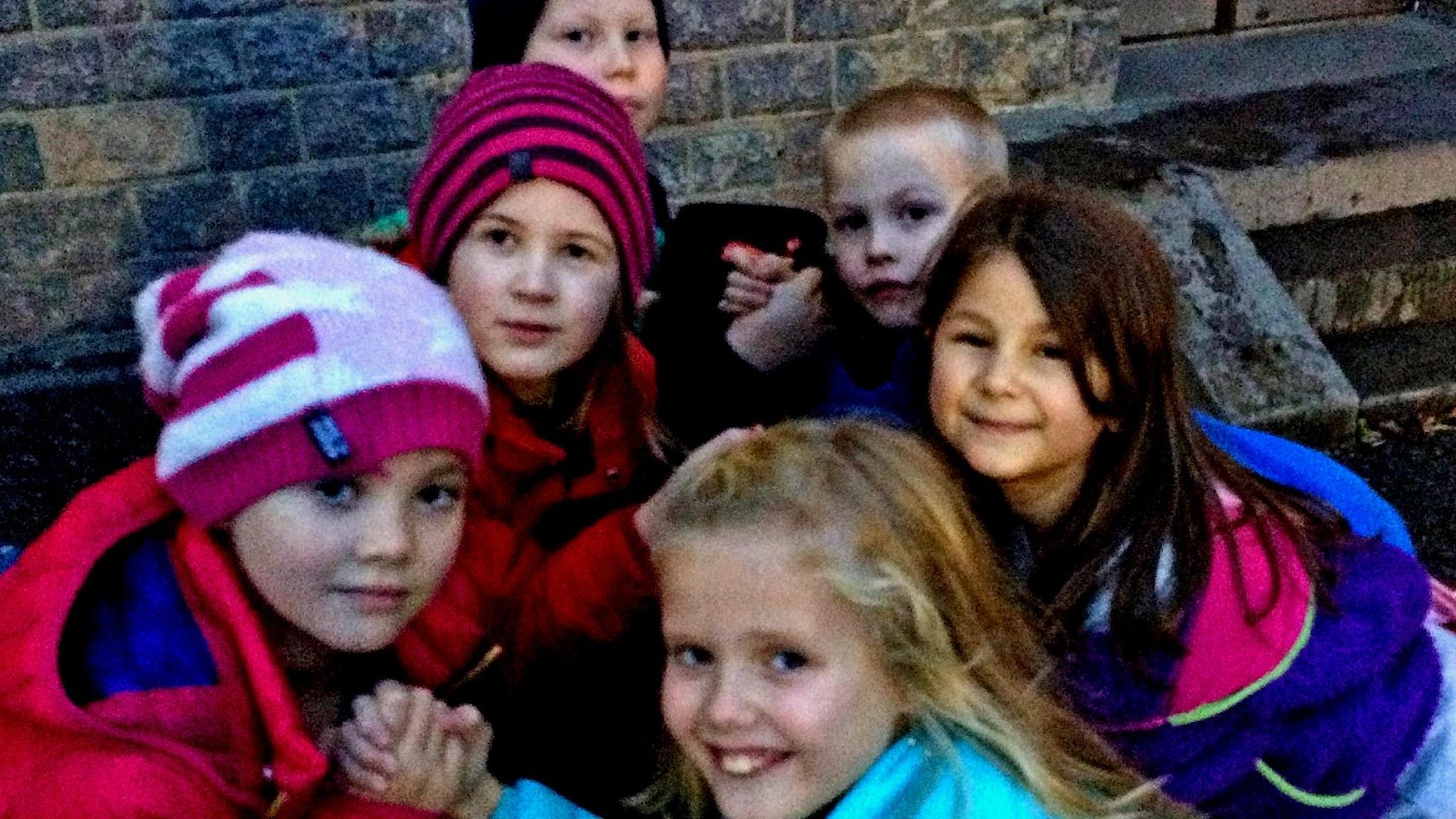 Erkki-koulun lapset vääntävät kättä koulunpihalla.