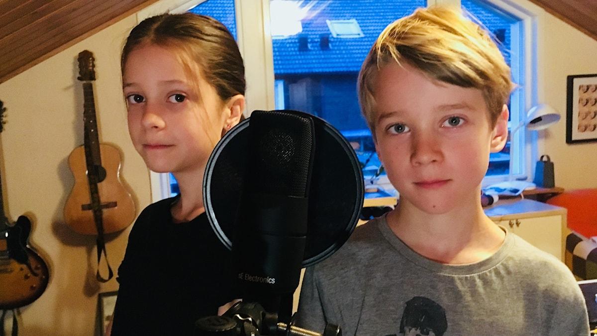 Elsa ja Hannes mikrofonin ääressä
