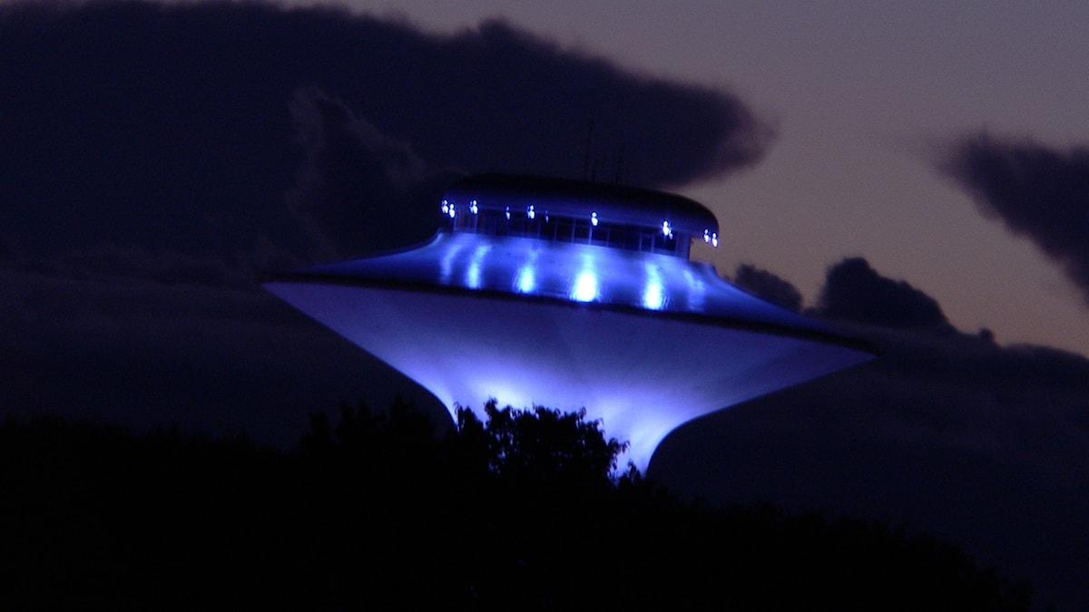 Ufo metsän keskellä yöllä