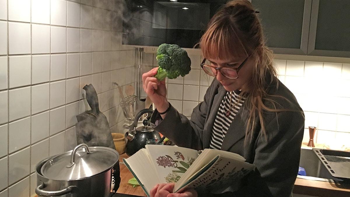Tohtori Milja valmistaa parsakaalista herkkuja.