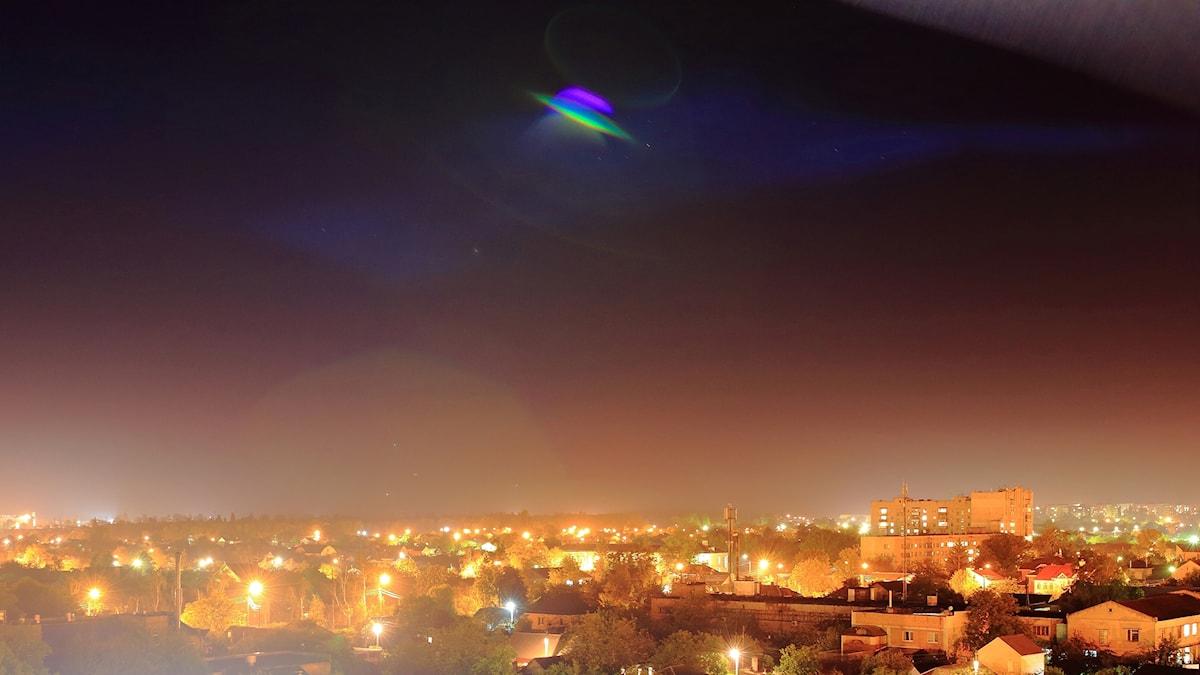 Ufo lentää kaupungin yllä