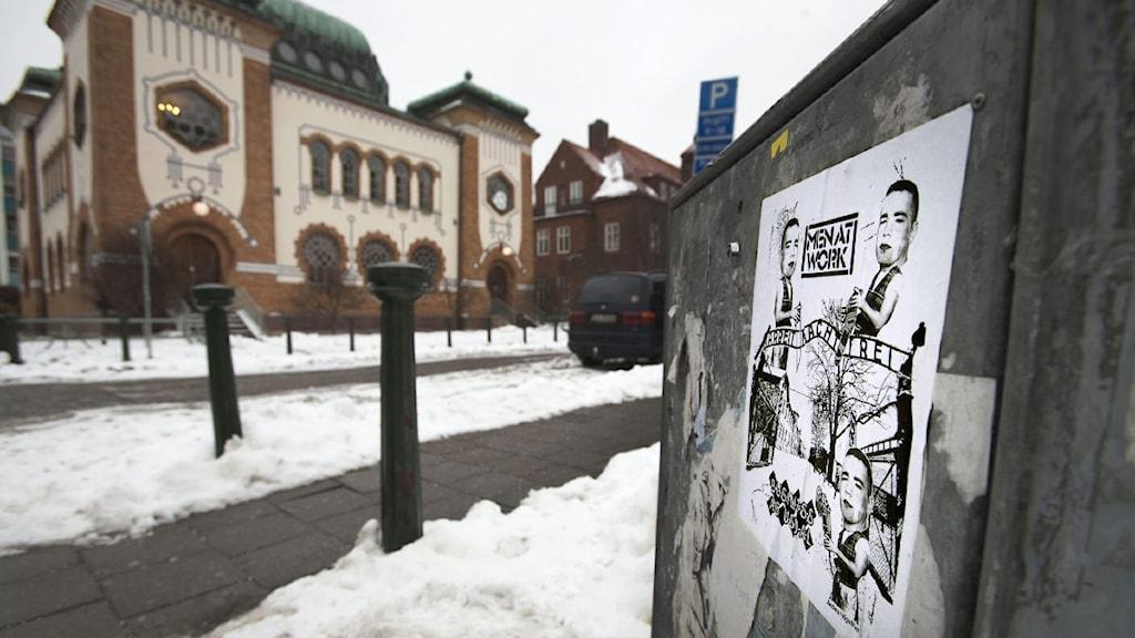 En antisemitisk affisch utanför den judiska synagogan i Malmö.