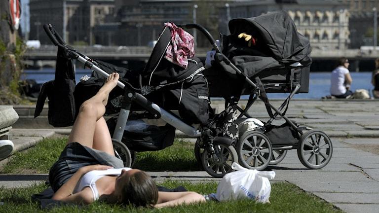 Många mammor vill vara hemma med sina barn på heltid. Foto: JANERIK HENRIKSSON / SCANPIX