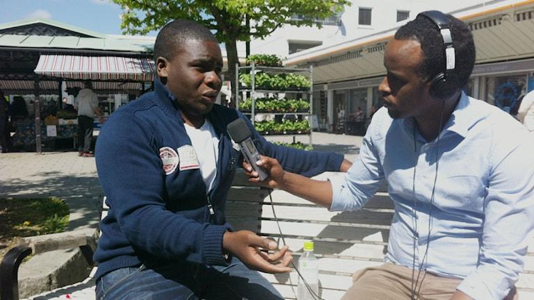 Fahd Luyombya, socialarbetare i Husby  & reporter Warsame Elmi. Foto: Gabriel Stein/SR